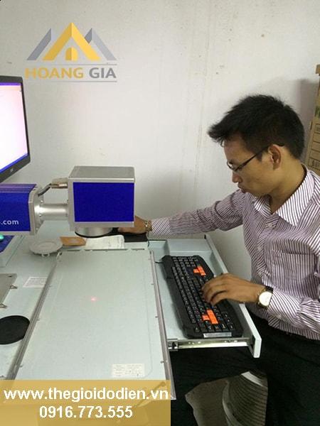 Đèn led panel tấm đang được in thương hiệu tại nhà máy sản xuất đèn led TLC Lighting - Hà Nội
