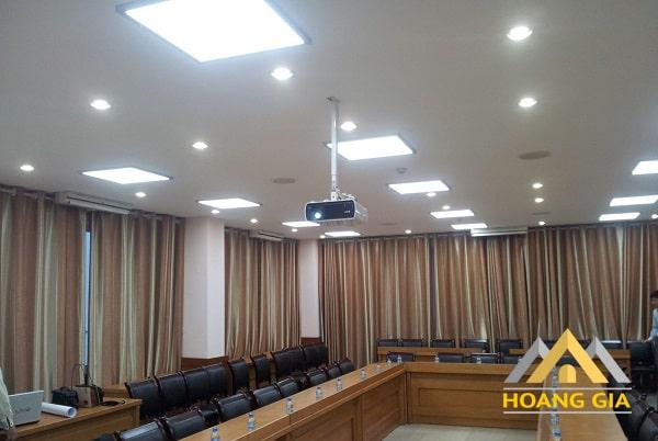 Văn phòng sử dụng đèn led downlight siêu mỏng