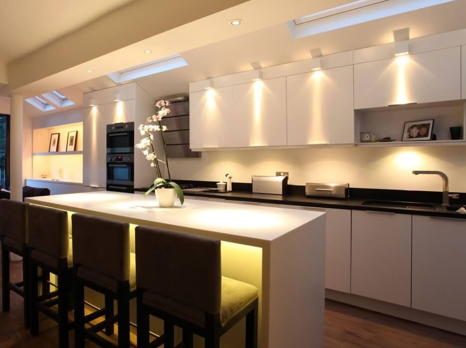lắp đèn led âm trần cho tủ bếp