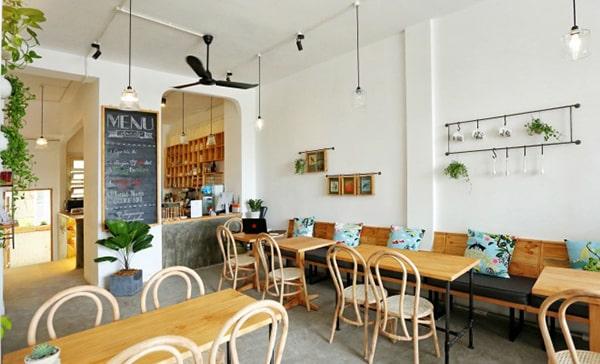 Quán cafe ấn tượng với chiếu sáng đèn rọi thanh ray