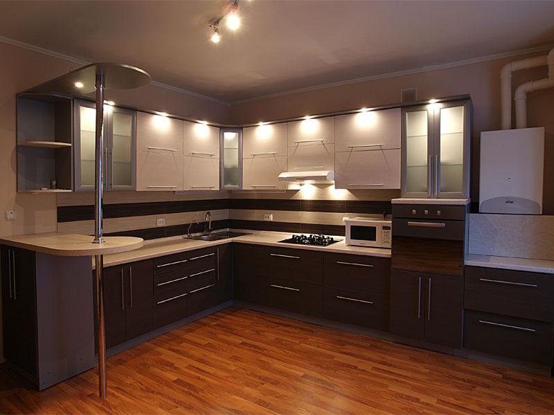 lắp đèn phía trên tủ bếp