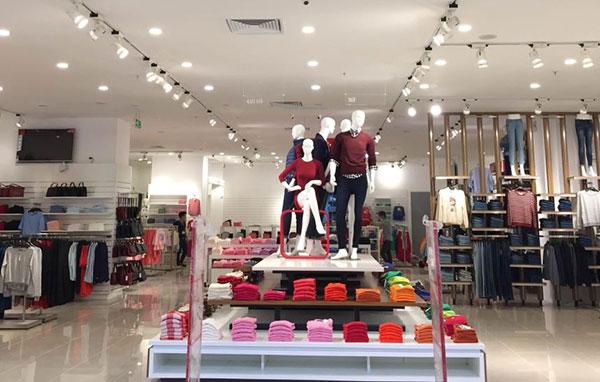 Cách bố trí đènled rọi ray cho shop thời trang cửa hàng quần áo