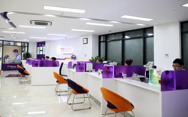 Đèn led âm trần được lắp đặt ở hầu hết các văn phòng làm việc của ngân hàng