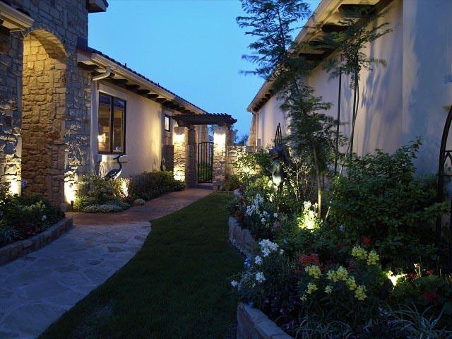Ánh sáng của đèn sân vườn qua từng kẽ lá, cành hòa thêm lãng mạn