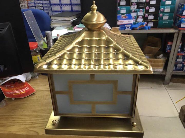 Đèn trụ cổng thiết kế bằng chất liệu đồng có độ bền cao, không bị phai màu
