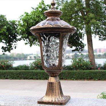Đèn trụ cổng bằng đồng có thiết kế hợp với không gian tân cổ điển