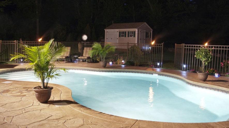 Hồ bơi thêm ấn tượng một phần là có sự xuất hiện của đèn sân vườn