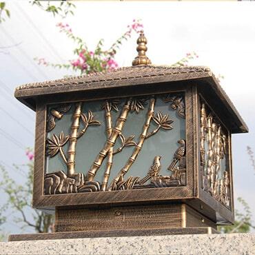 Hình dáng cây tre được khắc họa trên chiếc đèn trụ cổng tường rào rất độc đáo