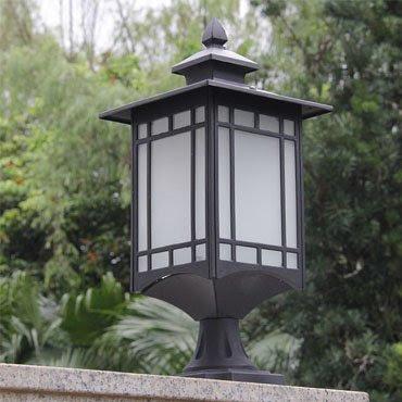 Đèn trụ cổng hiện đại có kiểu dáng đơn giản, ứng dụng được nhiều vị trí trong không gian ngoại thất