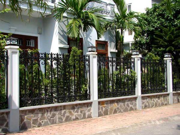 Đèn trụ cổng lắp ở hàng rào xung quanh nhà