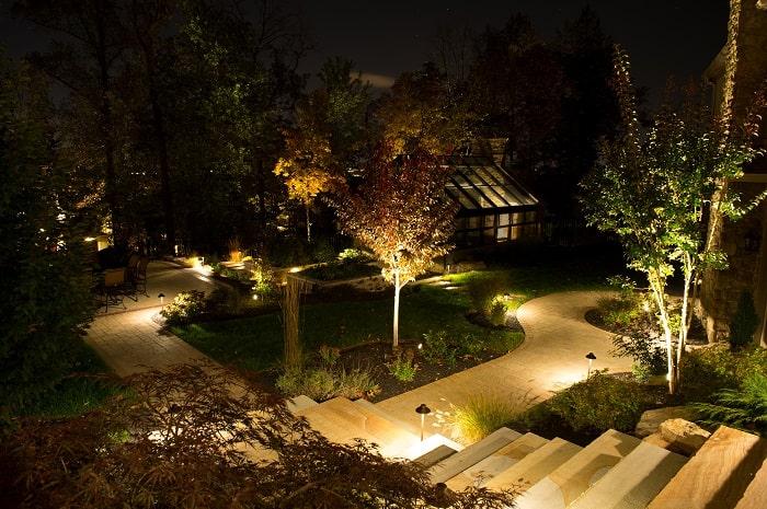 Ánh sáng của đèn sân vườn giúp bạn dễ dàng di chuyển khi trời tối