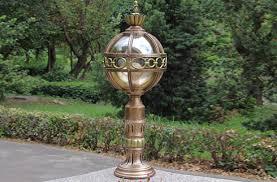 Thiết kế đèn trụ cổng bằng đồng dạng hình cầu nhìn lạ và bắt mắt
