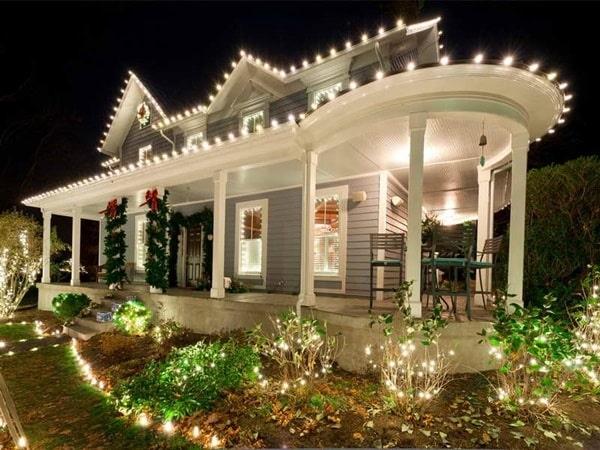 Ánh sáng của đèn sân vườn đẹp giúp mọi người thuận lợi di chuyển