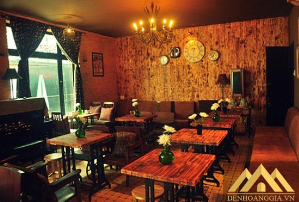 Quán cafe mang phong cách cổ điển nên sử dụng đèn chùm pha lê thả trần