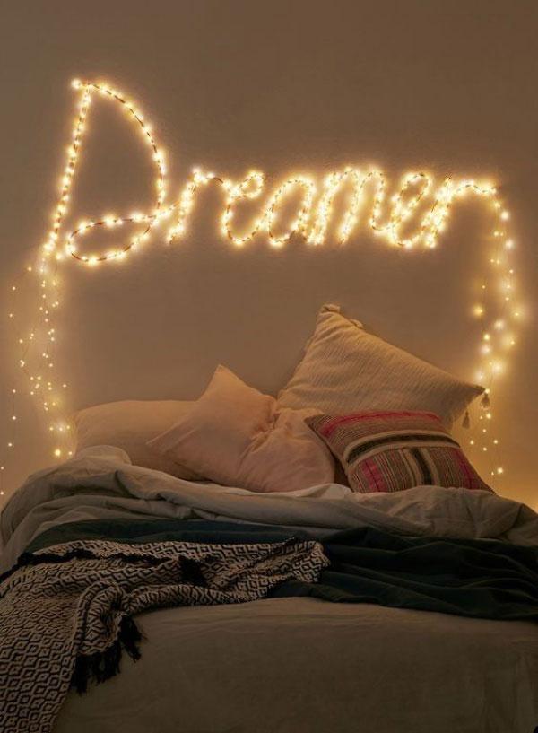 Dùng đèn led uốn thành các họa tiết độc đáo để trang trí phòng ngủ