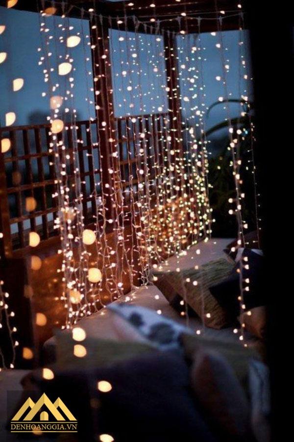 Sử dụng đèn led như một tấm rèm lung linh ánh sáng trong phòng ngủ