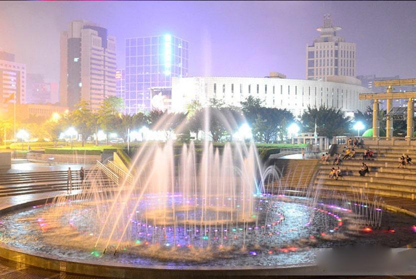 Lắp đặt đèn âm nước ở công viên tạo nên không gian vô cũng đẹp và lãng mạn vào ban đêm