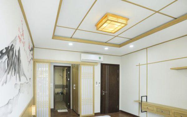 Trần nhà cách tân theo phong cách Nhật Bản trang trí với đèn áp trần hiện đại và đèn led âm trần siêu mỏng