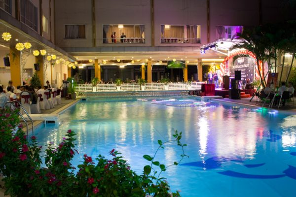 Đèn âm nước chiếu sáng bể bơi