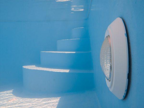 Đèn chiếu sáng dưới nước cho bể bơi có thể lắp đặt ở độ sâu trên 1 mét và có áp lực