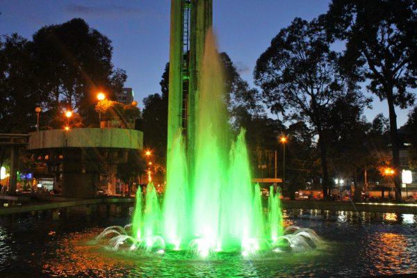 Đèn led âm nước bánh xe thích hợp những công trình có hệ thống vòi phun nước để có thể chiếu sáng từ dưới nên theo dòng nước tạo hiệu ứng bắt mắt