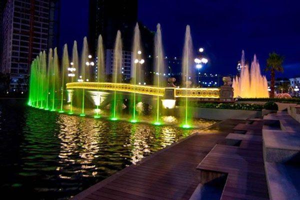Ứng dụng đèn led âm nước dạng đế trong các hồ nước lớn tạo điểm nhấn nổi bật thu hút người xem