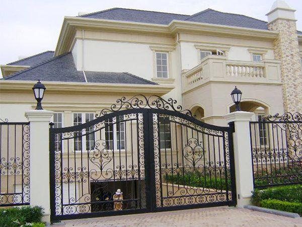 Sử dụng mẫu đèn cổng hàng rào hiện đại trang trí cho cổng chính của ngôi nhà