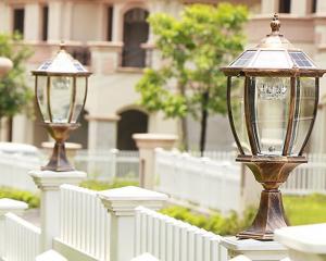 Đèn trụ cổng ngoài trời có thể lắp được nhiều vị trí khác nhau như ở hàng rào quanh nhà vì có thiết kế khép kín chống nước tuyệt đối