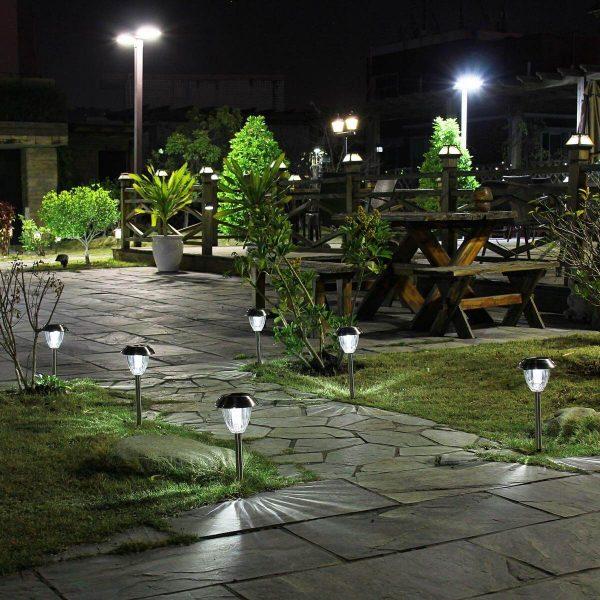 Đèn trụ trang trí sân vườn dạng nấm lắp ở lối đi trong khu vực sân vườn để chiếu sáng