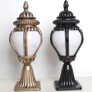 Thiết kế đèn trang trí trụ cổng bằng gang có hai màu sắc là màu đen và màu đồng bạn có thể lắp đặt được trong cả không gian cổ điển và hiện đại