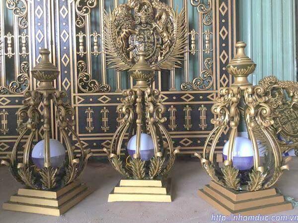 Kiểu dáng đèn trang trí trụ cổng bằng nhôm có kiểu dáng sang rất trọng hợp với những ngôi nhà biệt thự