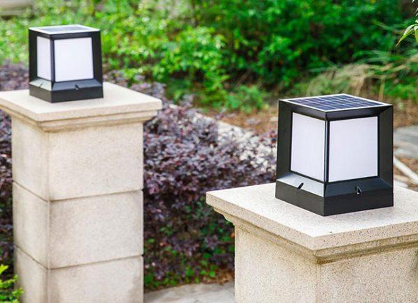 Ngoài chất liệu đồng thì bóng đèn trang trí cổng còn làm bằng nhiều chất liệu an toàn khác như găng, thép mạ kẽm,...