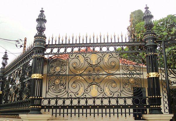 Tường rào của ngôi nhà cũng được tô điểm bằng đèn trang trí trụ cổng