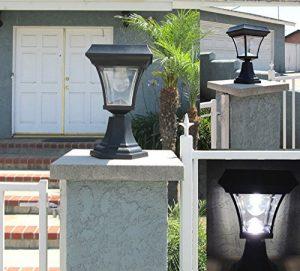 Sử dụng đèn trụ trang trí cổng lắp ở tường rào quanh nhà giúp tạo hiệu ứng bắt mắt khi trời tối cho ngôi nhà
