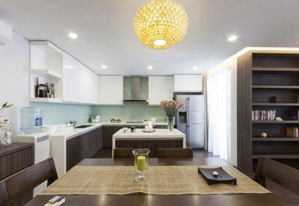 Phòng bếp chung cư nhìn từ phía bàn ăn vào