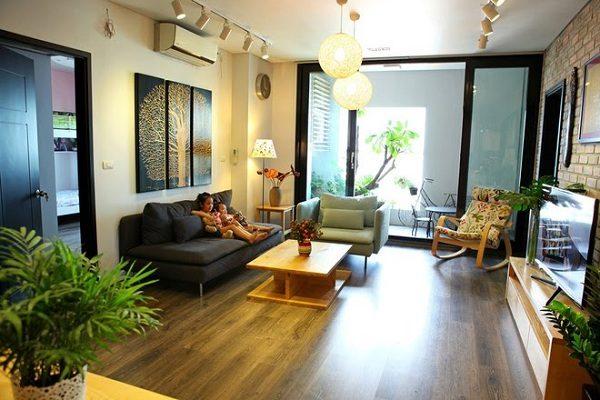 Phòng khách hiện đại với hệ thống đèn trần lạ