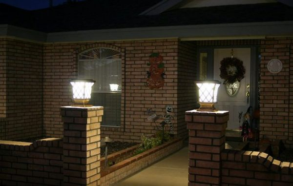 Đèn trụ trang trí cổng hoạt động bằng năng lượng mặt trời sẽ tự động phát sáng khi trời tối - tiết kiệm điện năng