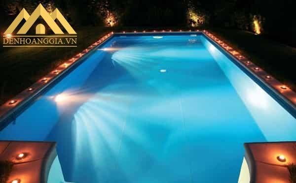 Đèn led bể bơi 18w được lắp đặt cho bể bơi ngoài trời trong các gia đình