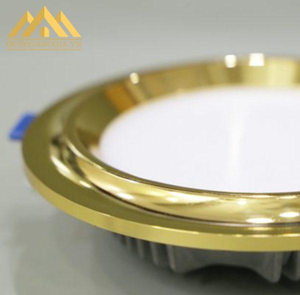 Thiết kế bề mặt đèn led âm trần mặt cong Nano hơi cong nhẹ giúp bo sát trần nhà, nâng cao tính thẩm mỹ