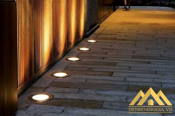 Sử dụng đèn âm đất tròn chiếu sáng lối đi quanh nhà