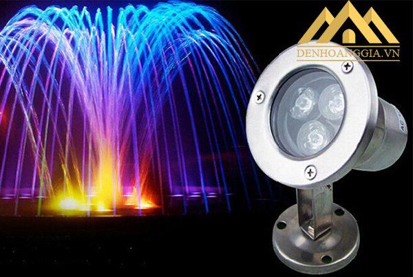 Đèn âm nước Spotlight dạng đế thường được sử dụng lắp đặt ở thành bể để chiếu sáng