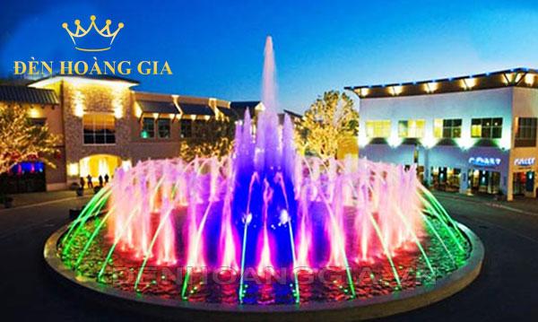Đài phun nước nghệ thuật không thể thiếu những chiếc đèn led âm nước tạo ra hiệu ứng ánh sáng vô cùng bắt mắt