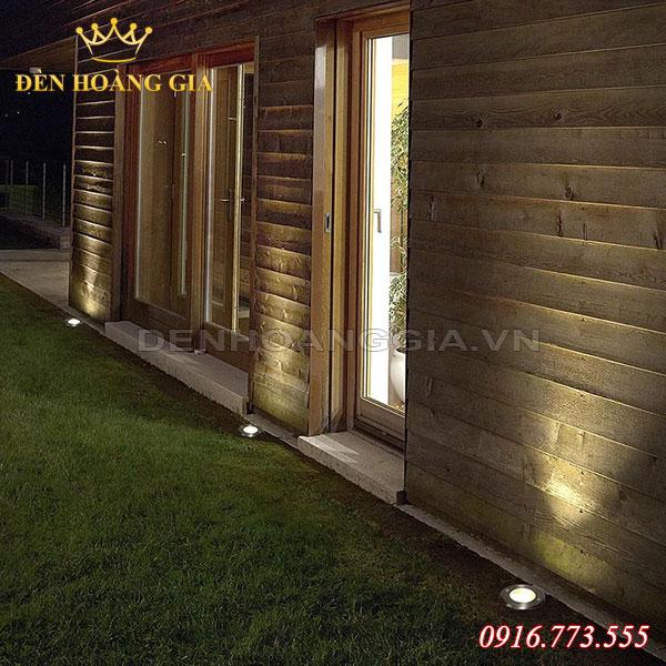Dùng đèn âm sàn để chiếu hắt tường