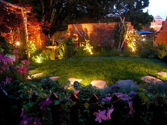 Đa dạng về công suất, kích thước và màu sắc ánh sáng giúp đèn âm sàn lắp đặt được nhiều vị trí trong sân vườn
