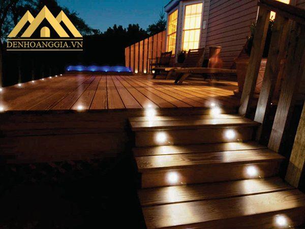 Lắp đèn âm đất chiếu sáng quanh hiên nhà giúp mọi người dễ dàng di chuyển