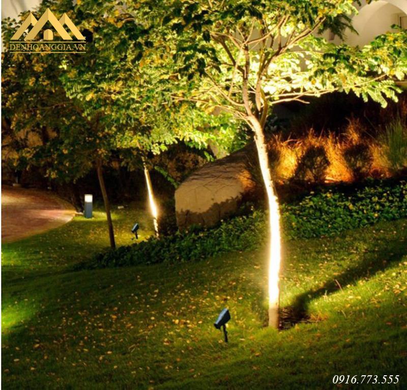 Sử dụng đèn cắm cỏ chiếu hắt các gốc cây trong công viên