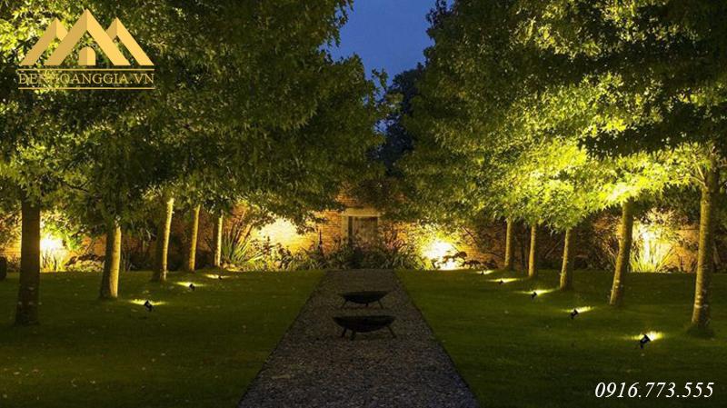 Đèn cắm cỏ chiếu sáng lối đi ngoài sân vườn