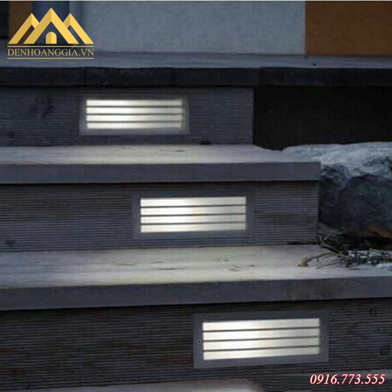 Đèn led âm chân bậc cầu thang lắp đặt ở không gian ngoài trời