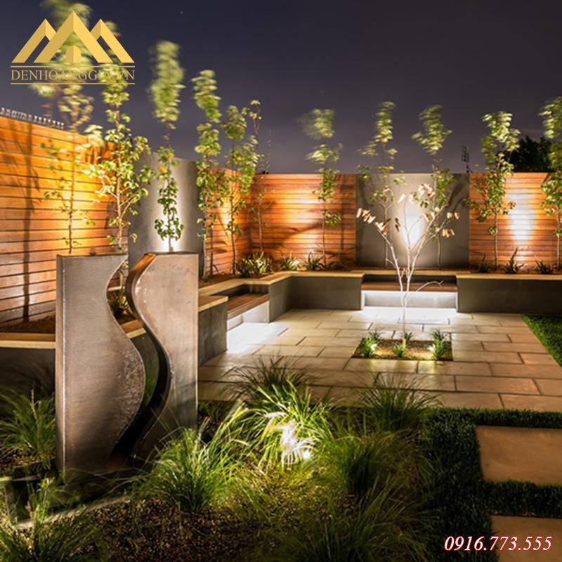 Đèn led chiếu điểm ngoài trời được lắp đặt ở không gian sân vườn