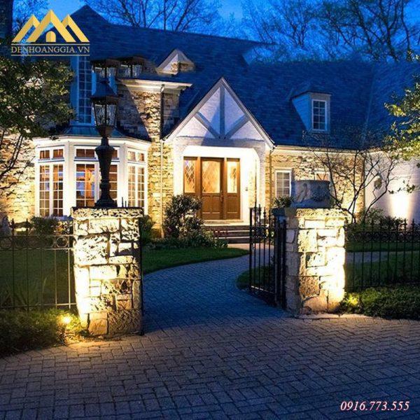 Dùng đèn chiếu điểm ngoài trời để hắt sáng 2 bên cột cổng nhà